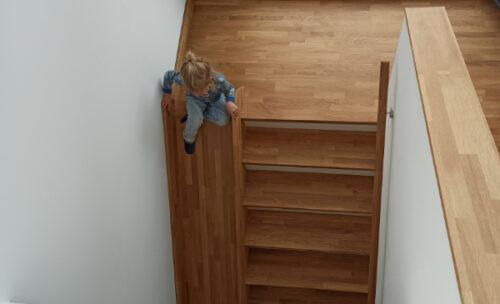 Haus und Treppe mit Rutsche aus Holz